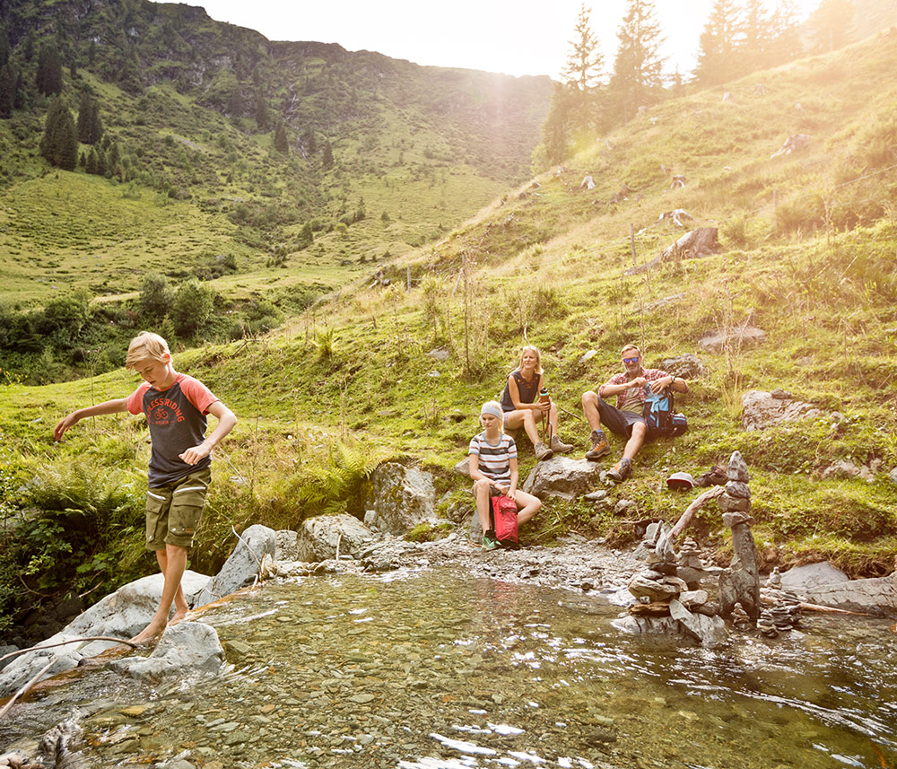 Family-hiking-Saalbach Hinterglemm copyright: saalbach.com | Mirja Geh